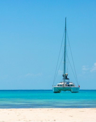 Islets and white funds on a catamaran